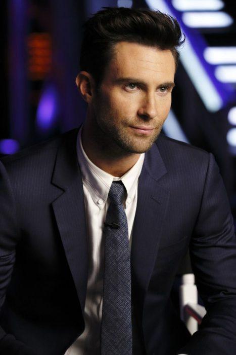 Adam Levine de Maroon 5, hombre con traje azul