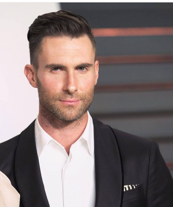 Adam Levine de Maroon 5, hombre con traje negro