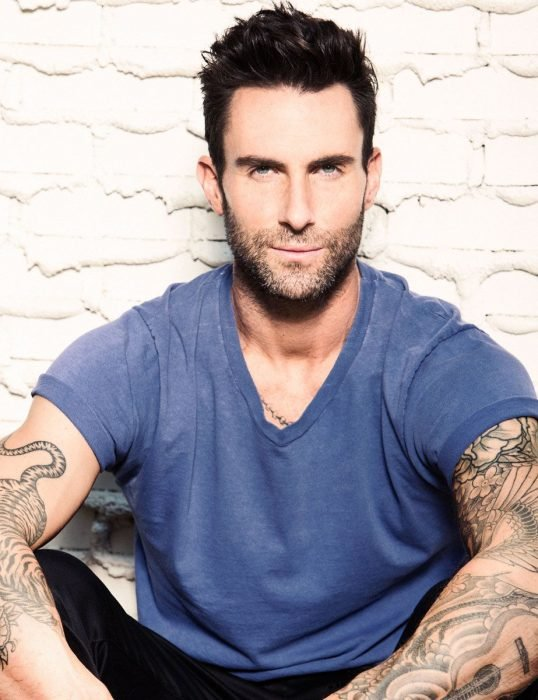 Adam Levine de Maroon 5, hombre con tatuajes y camisa azul