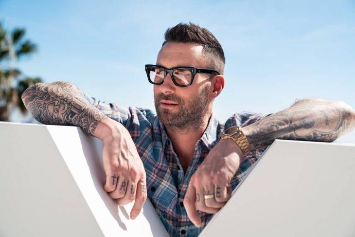 Adam Levine de Maroon 5, hombre con tatuajes y lentes de sol