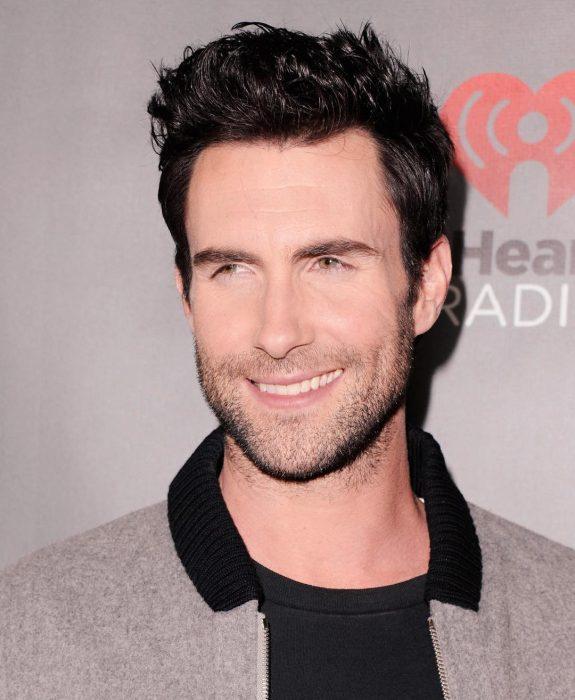 Adam Levine de Maroon 5, hombre sonriendo
