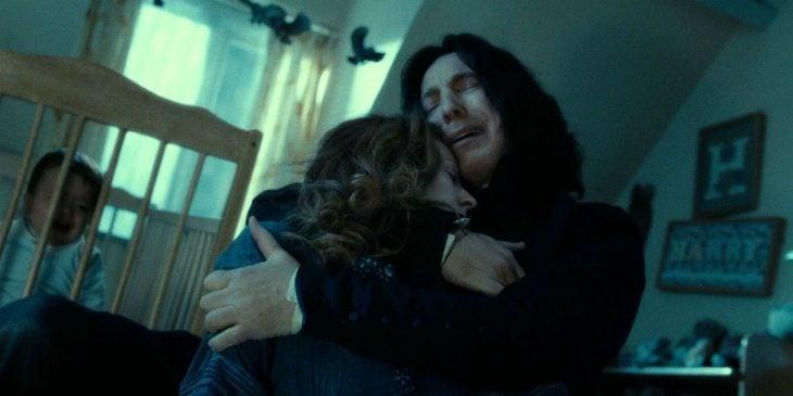 Alan Rickam como Severus Snape para Harry Potter abrazando a Lily