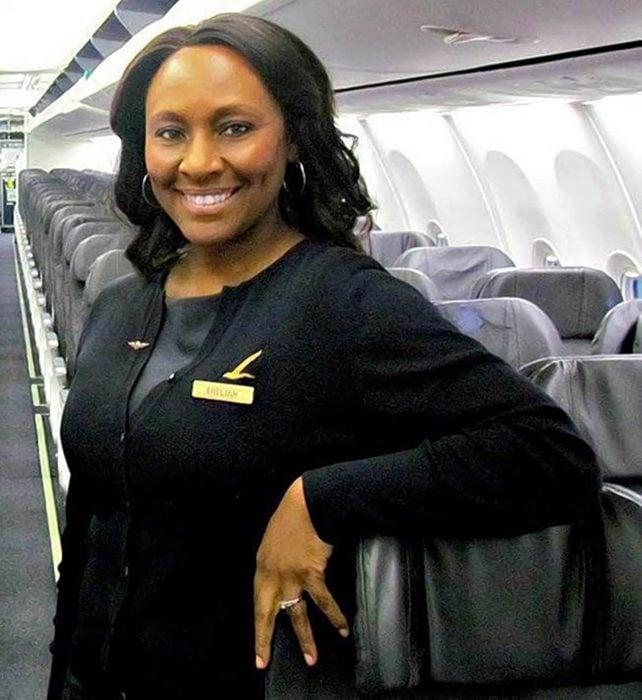Azafata Sheila Fedrick salvó la vida de una joven durante un vuelo en avión