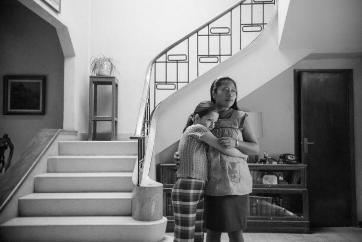 mujer abrazando a una niña