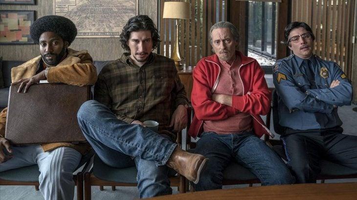 hombres sentados en un sofá