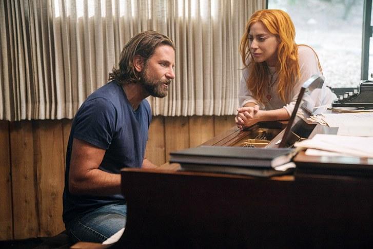 hombre con barba y piano al lado de mujer pelirroja