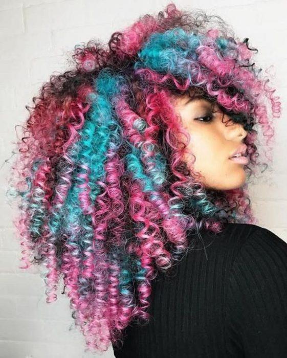 Chica con cabello chino de colores rosa y azul