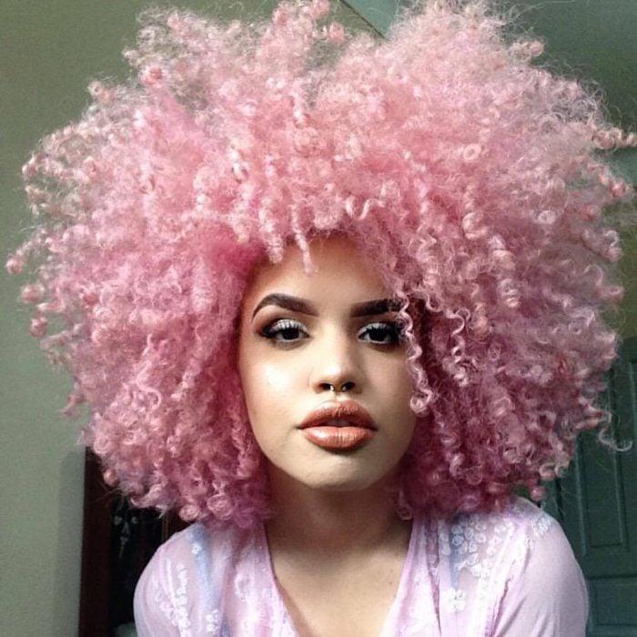 Chica con cabello chino de color rosa