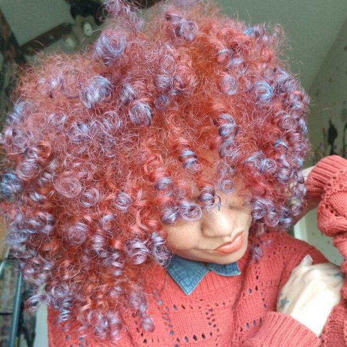 Chica con cabello chino de colores rosa y morado