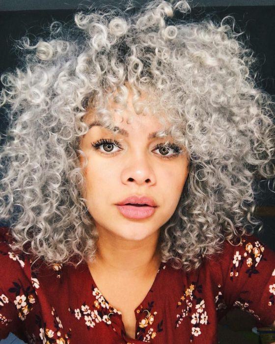 Chica con cabello chino de color gris