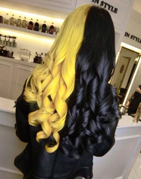 Chica con cabello de diferentes colores, amarillo y negro