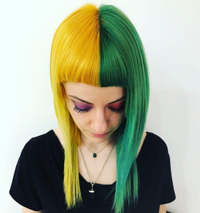 Chica con cabello de diferentes colores, amarillo y verde