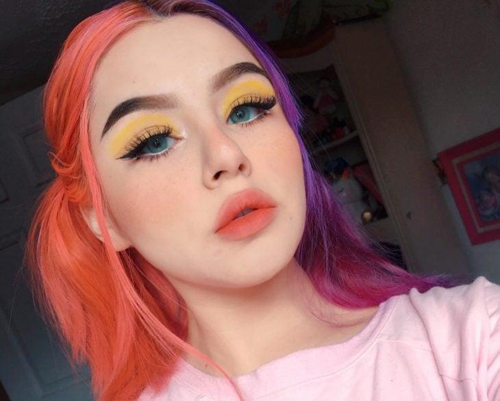 Chica con cabello de diferentes colores, rosa y morado