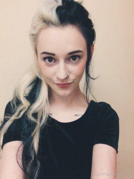 Chica con cabello de diferentes colores, blanco y negro