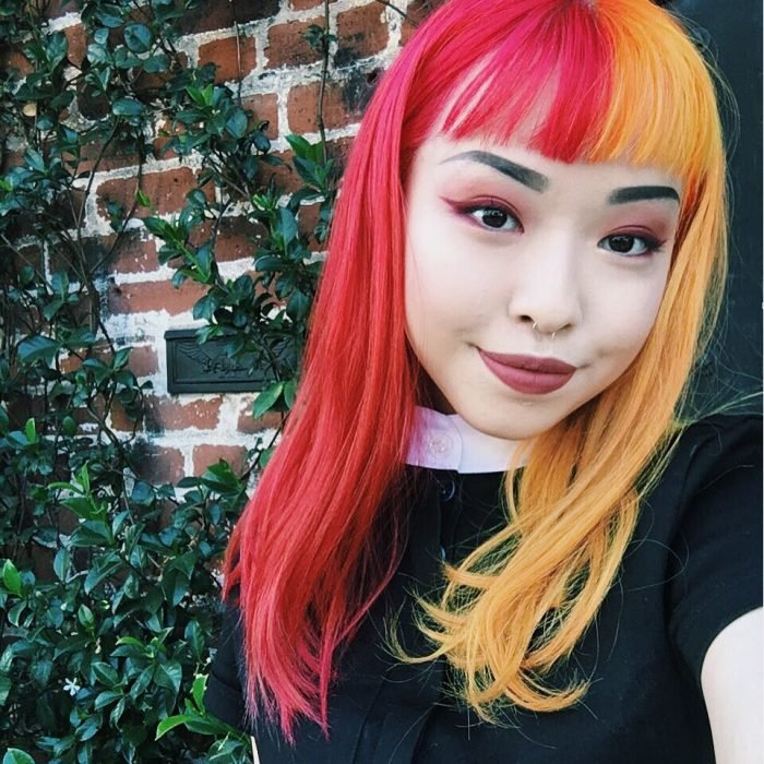 Chica con cabello de diferentes colores, rosa y amarillo