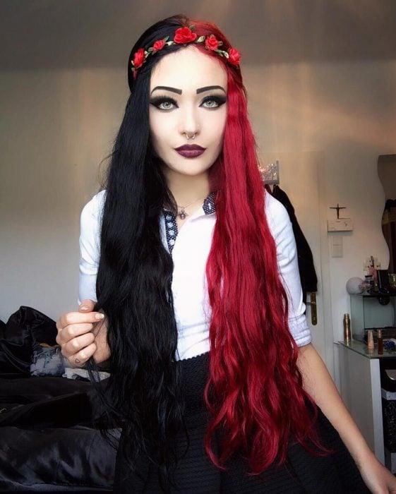 Chica con cabello de diferentes colores, negro y rojo