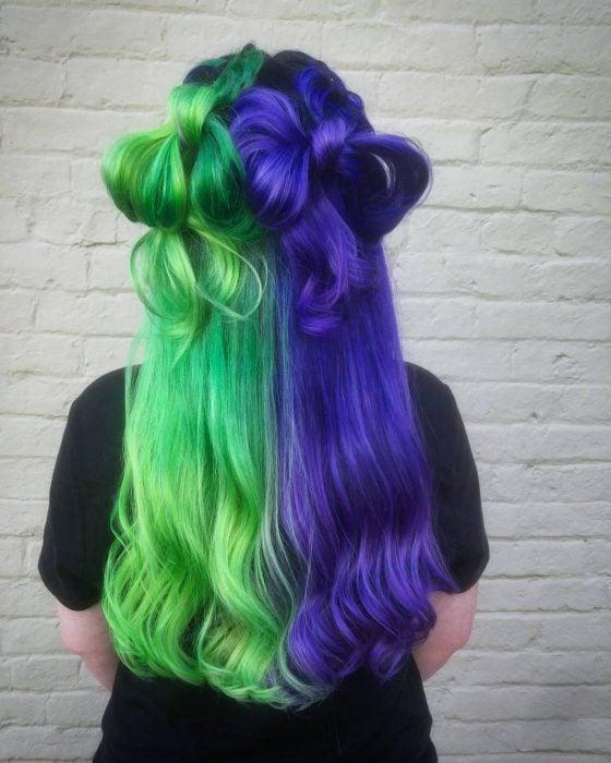 Chica con cabello de diferentes colores, verde y morado