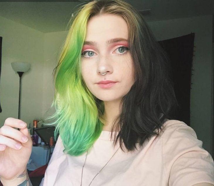 Chica con cabello de diferentes colores, verde y castaño