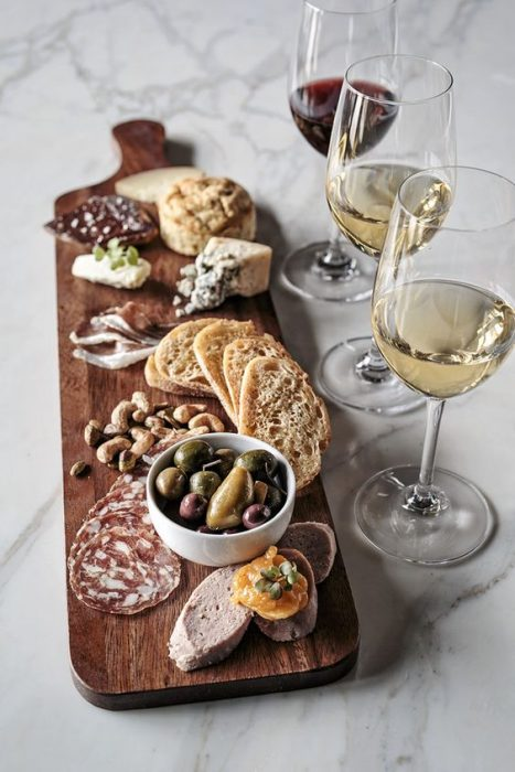 Tabla con quesos y vino