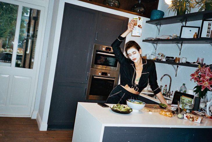 Dua Lipa en la cocina de su casa cenando