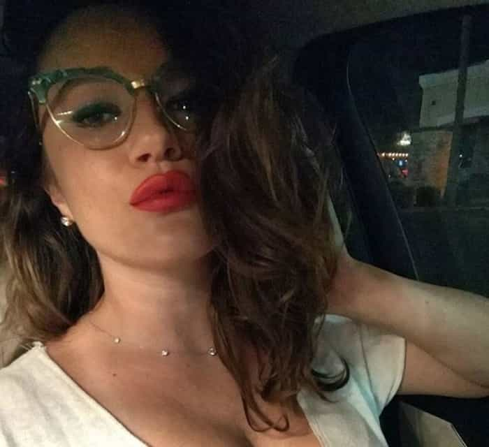 mujer con labios rojos y lentes