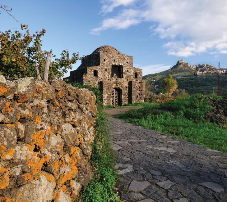 Italia está vendiendo casas en la colina junto al mar por un euro