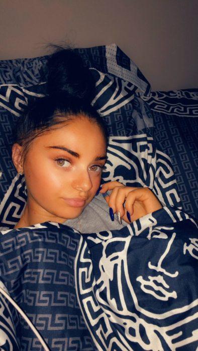 Chica que casi pierde los ojos por una mala aplicación de pestañas