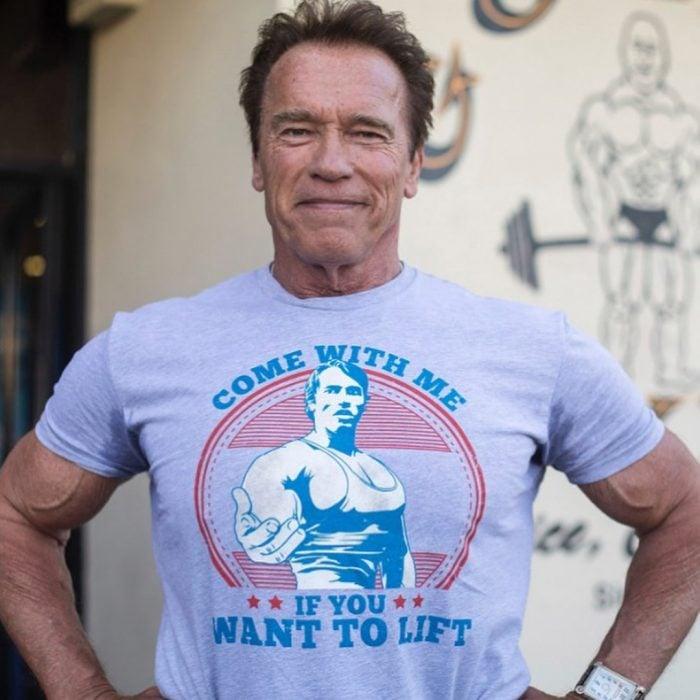 Arnold Schwarzenegger usando una camisa del él mismo