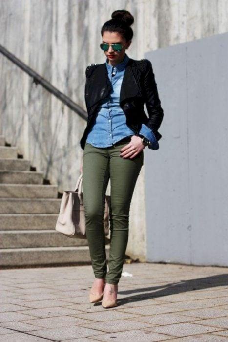 pantalón verde y camisa azul de mezclilla y abrigo negro