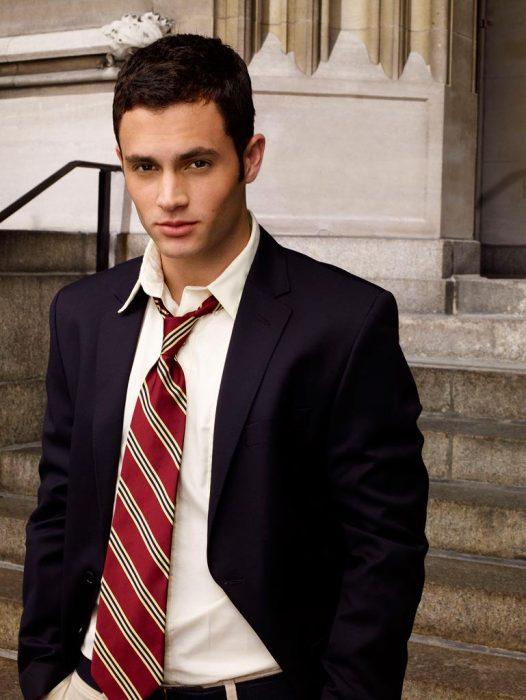 hombre guapo blanco con cabello negro hombre con corbata