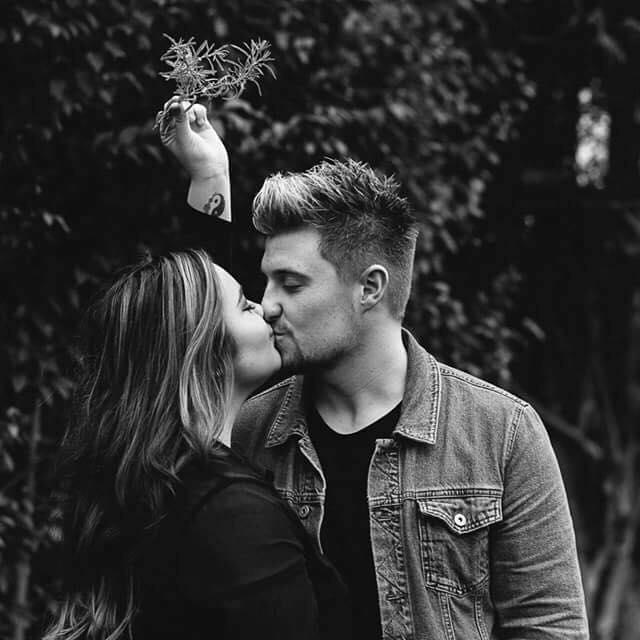 pareja besándose bajo un muérdago