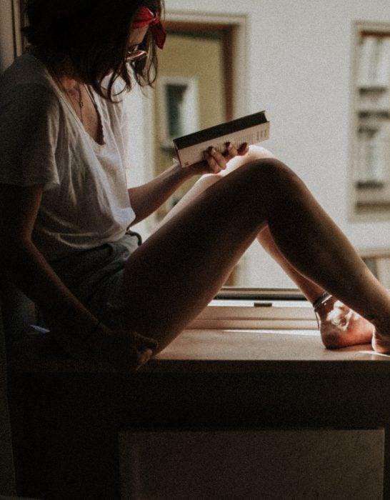 chica sentada en un balcón