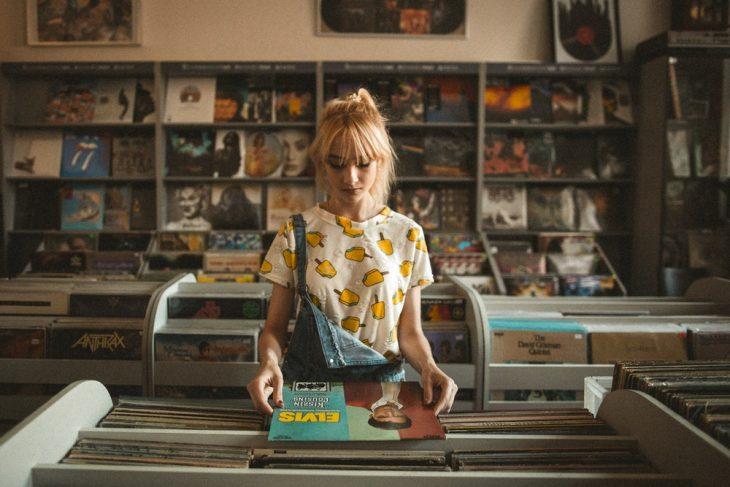 chica buscando discos