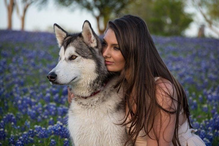 chica abrazando un lobo