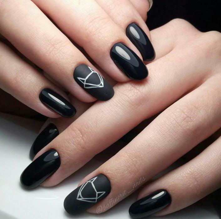 Uñas pintadas de negro con diseño de zorro geométrico