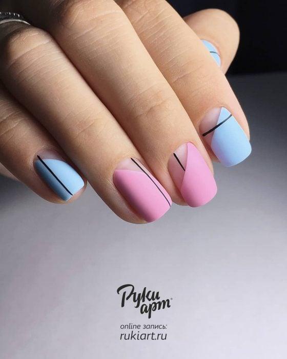 Uñas pintadas de rosa y azul con diseño de líneas rectas minimalistas