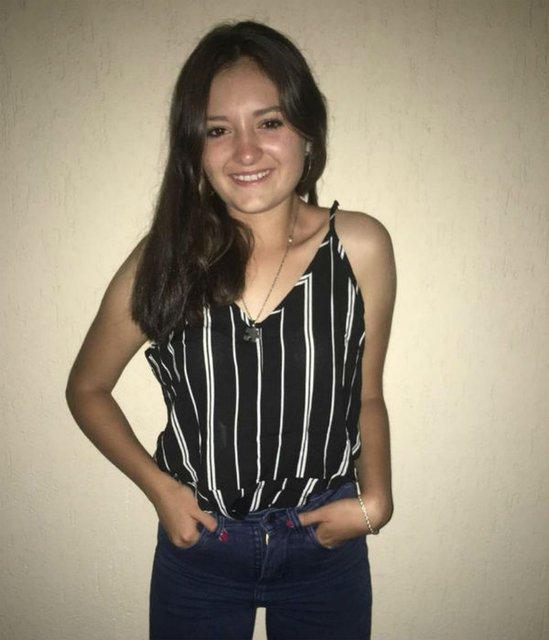 chica usando blusa a rayas