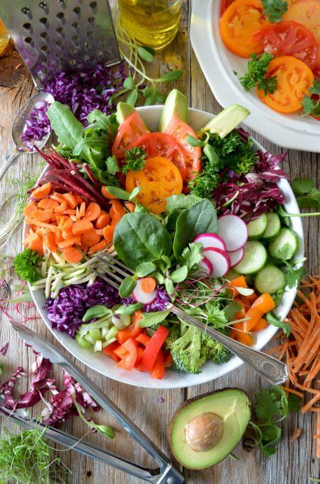 plato de ensalada con comida saludable