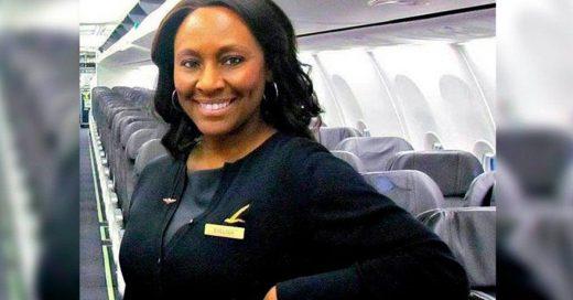 'Necesito ayuda': una nota y la rápida acción de una azafata salvan a una joven durante vuelo