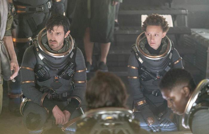 personas usando trajes espaciales