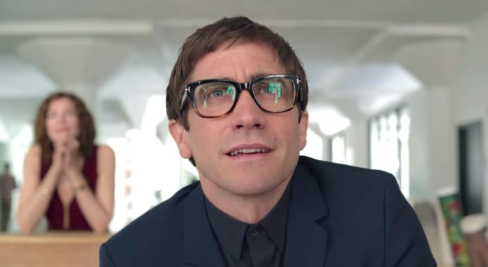 hombre usando anteojos