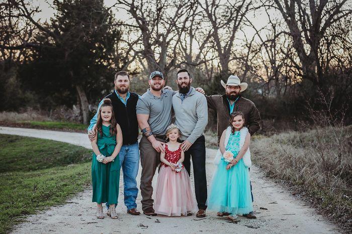 Padres, hermanos e hijas juntas en una foto