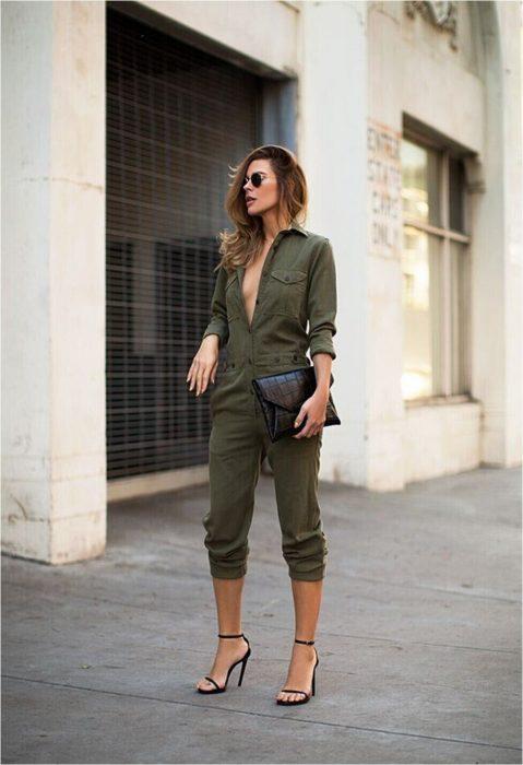 mujer con romper grande colo verde militar