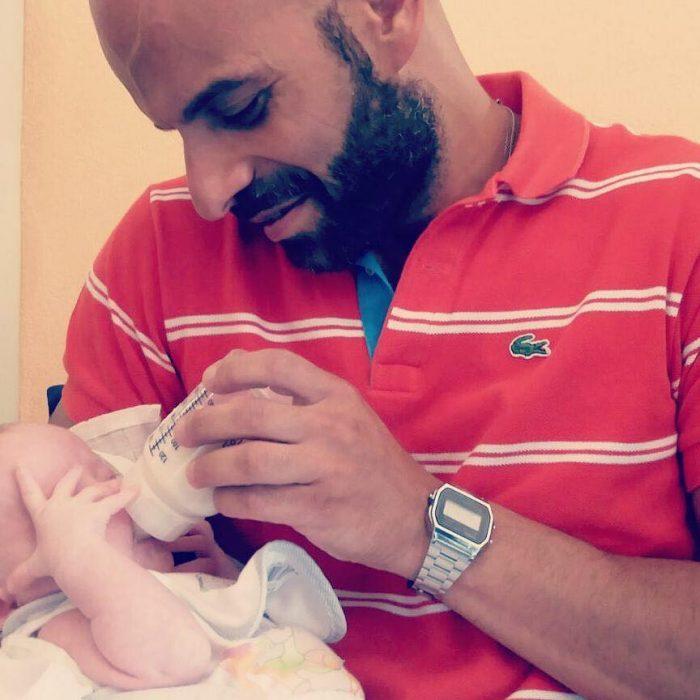 Luca Trapanese sosteniendo a su hija alba y dándole de comer