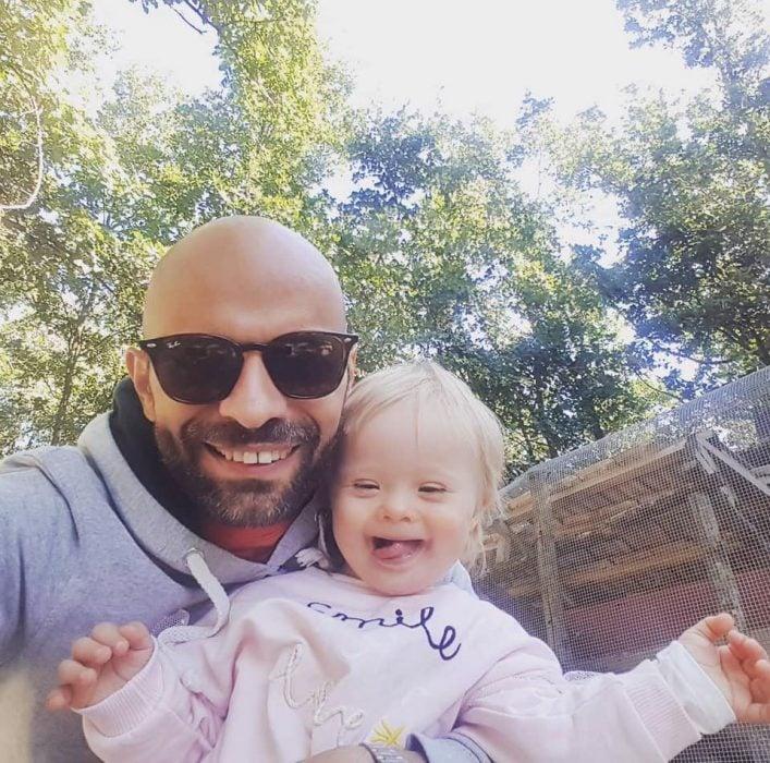 Luca Trapanese jugando con su hija alba