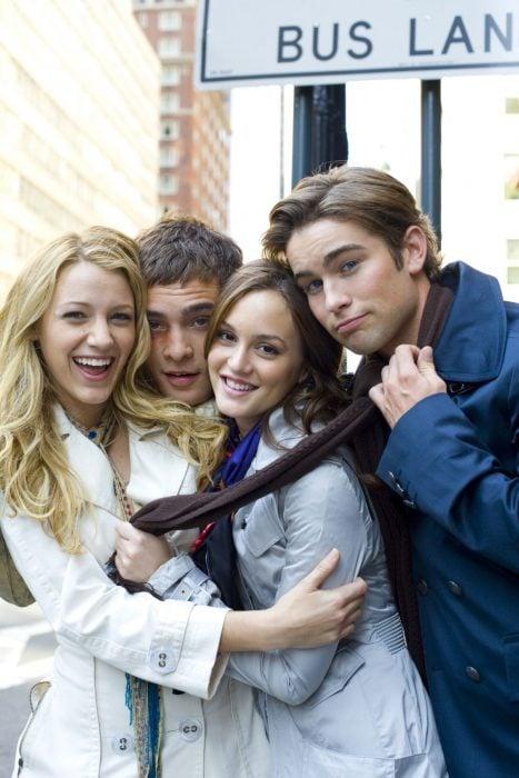 Serena, Blair, Chuck y Nate de la serie Gossip Girl, grupo de amigos