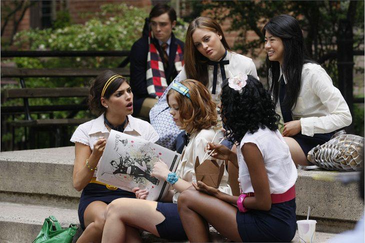 Blair Waldorf y su grupo de amigas en la serie Gossip Girl