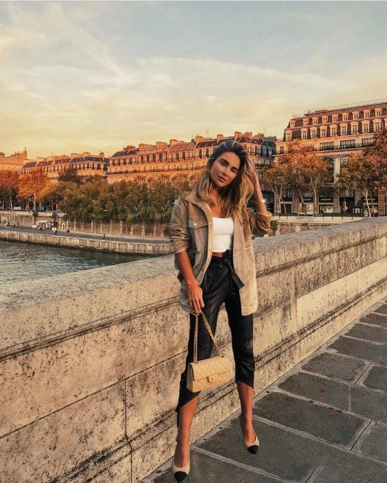Influencer engaña a sus fans haciendo fotos de viajes por el mundo con photoshop