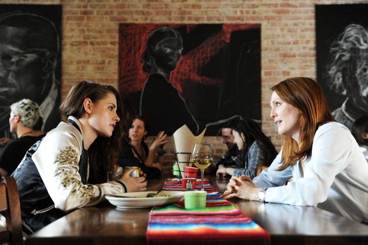 mujer platicando en un restaurante