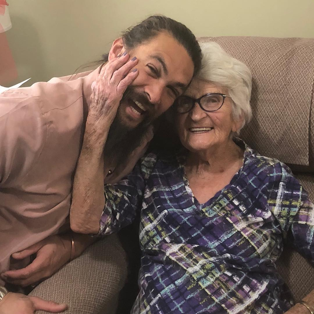 Jason Momoa Video: Jason Momoa Visita A Su Abuela, Las Fotos Enternecen A Todos